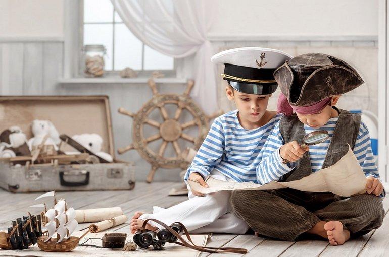 Два мальчика играют в мореплавателей