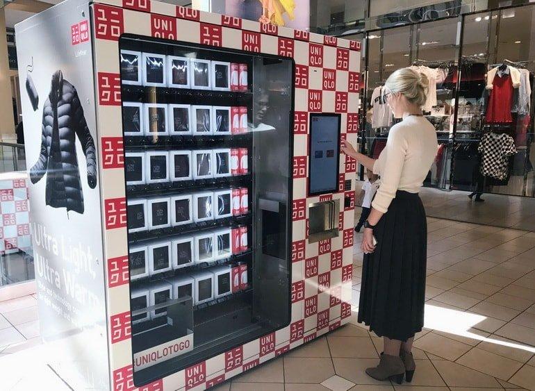 Торговый автомат продает повседневную одежду Uniqlo