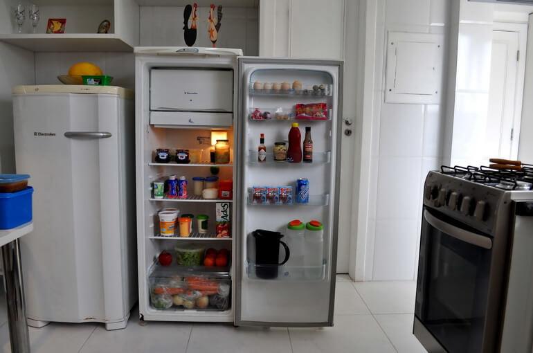 Бытовая техника - холодильник, газовая плита