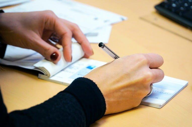 Ценные бумаги - женщина пишет