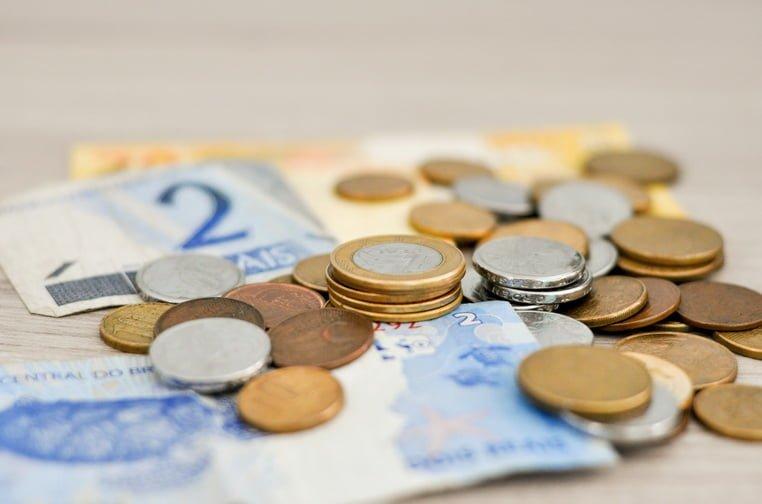 Деньги бумажные и монеты