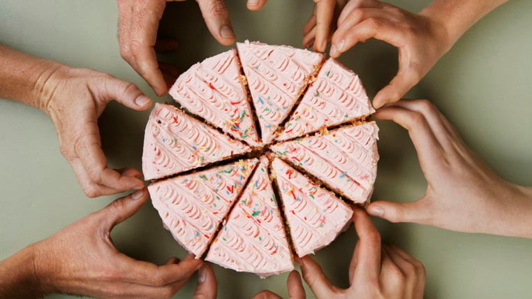 Торт разрезан на части