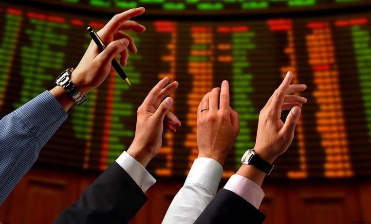 Руки тянутся вверх на фондовой бирже