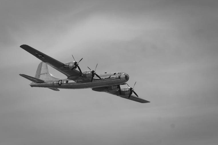 Вторая мировая война - летит самолет