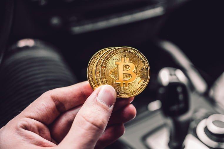 Монеты Биткоин в руке