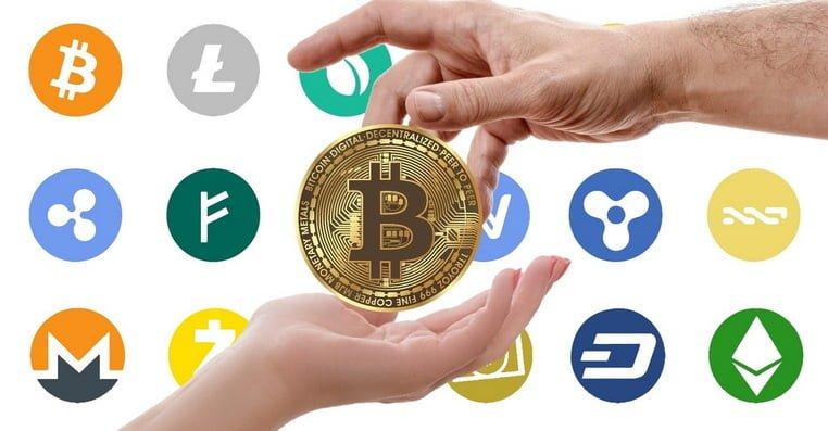 Биткоин из руки в руку на фоне других монет