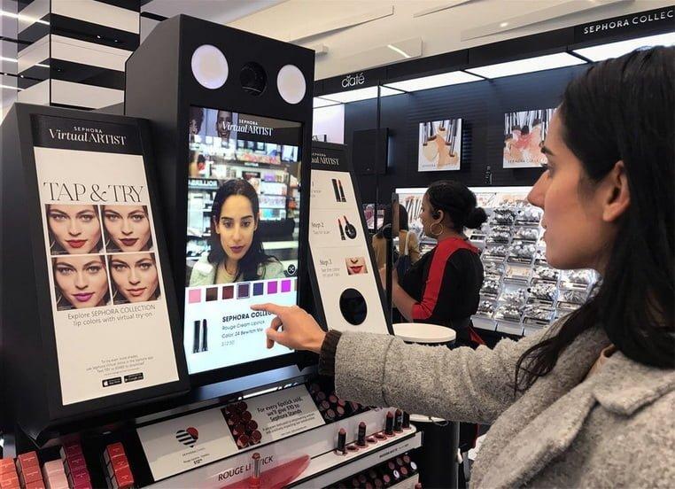 Цифровой интерактивный дисплей в магазине косметики