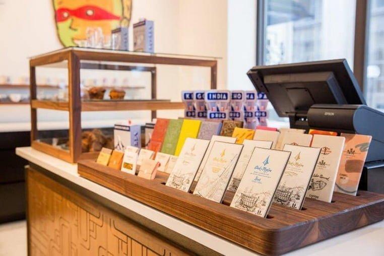Открытки и выпечка выставлены на кассе в кафе