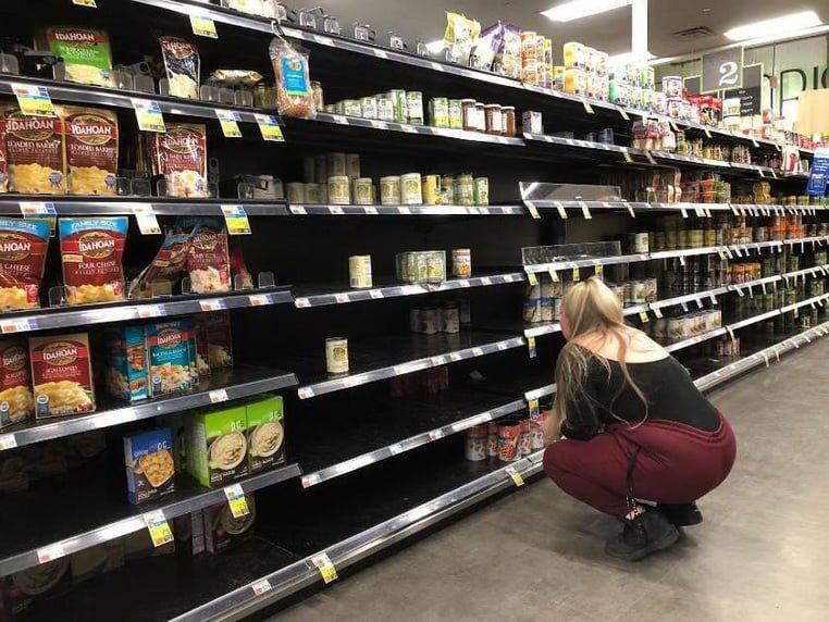 В небольшом продуктовом магазине место на полках остается неиспользованным