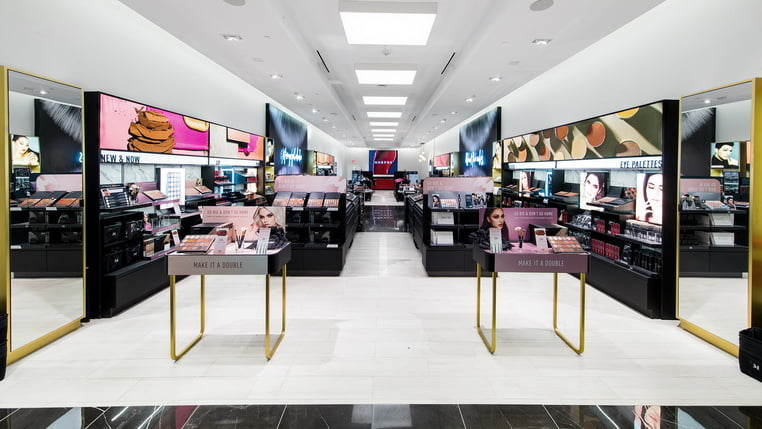 Этот косметический магазин создает зону декомпрессии у входа в свое пространство