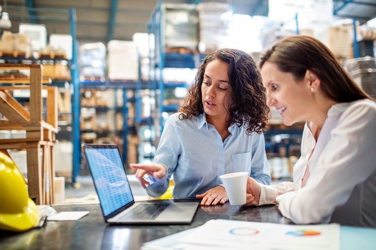 Работницы на складе за ноутбуком